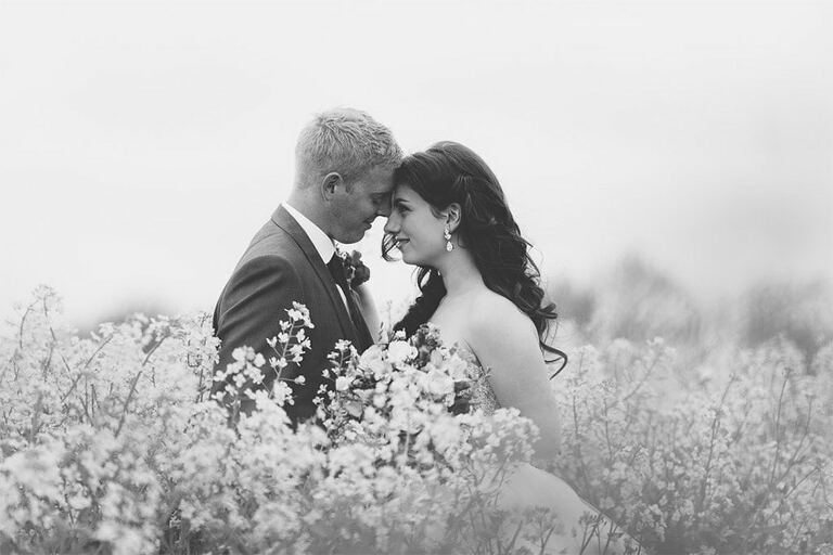 Wedding Photos in a rapeseed field.